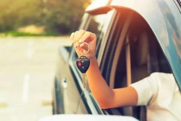 Женщины покупают новую машину, держа в руках ключи от машины